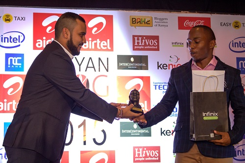ahmed-salim-presents-award-to-steven-maina-winner-of-best-topical-blog